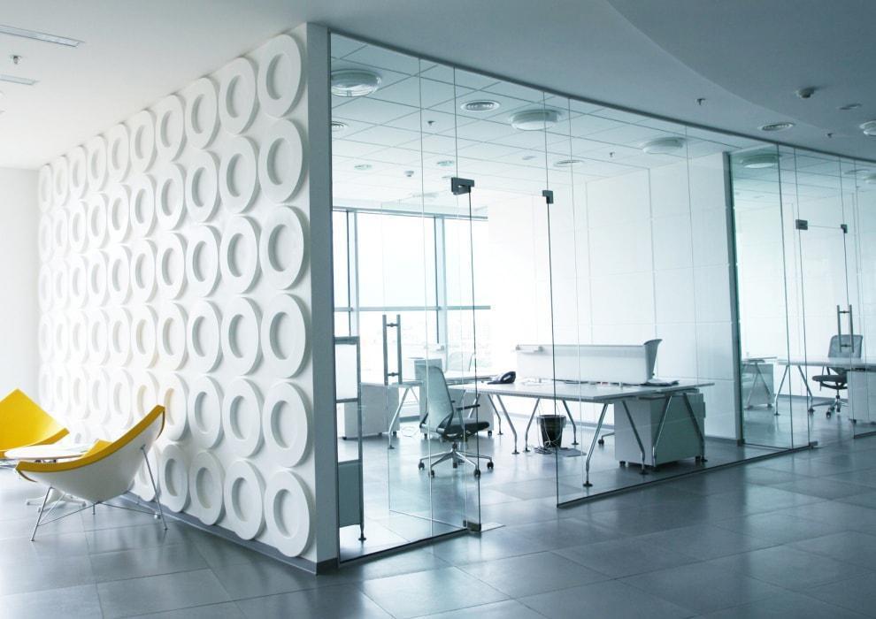 Высокие стеклянные перегородки из безопасного стекла