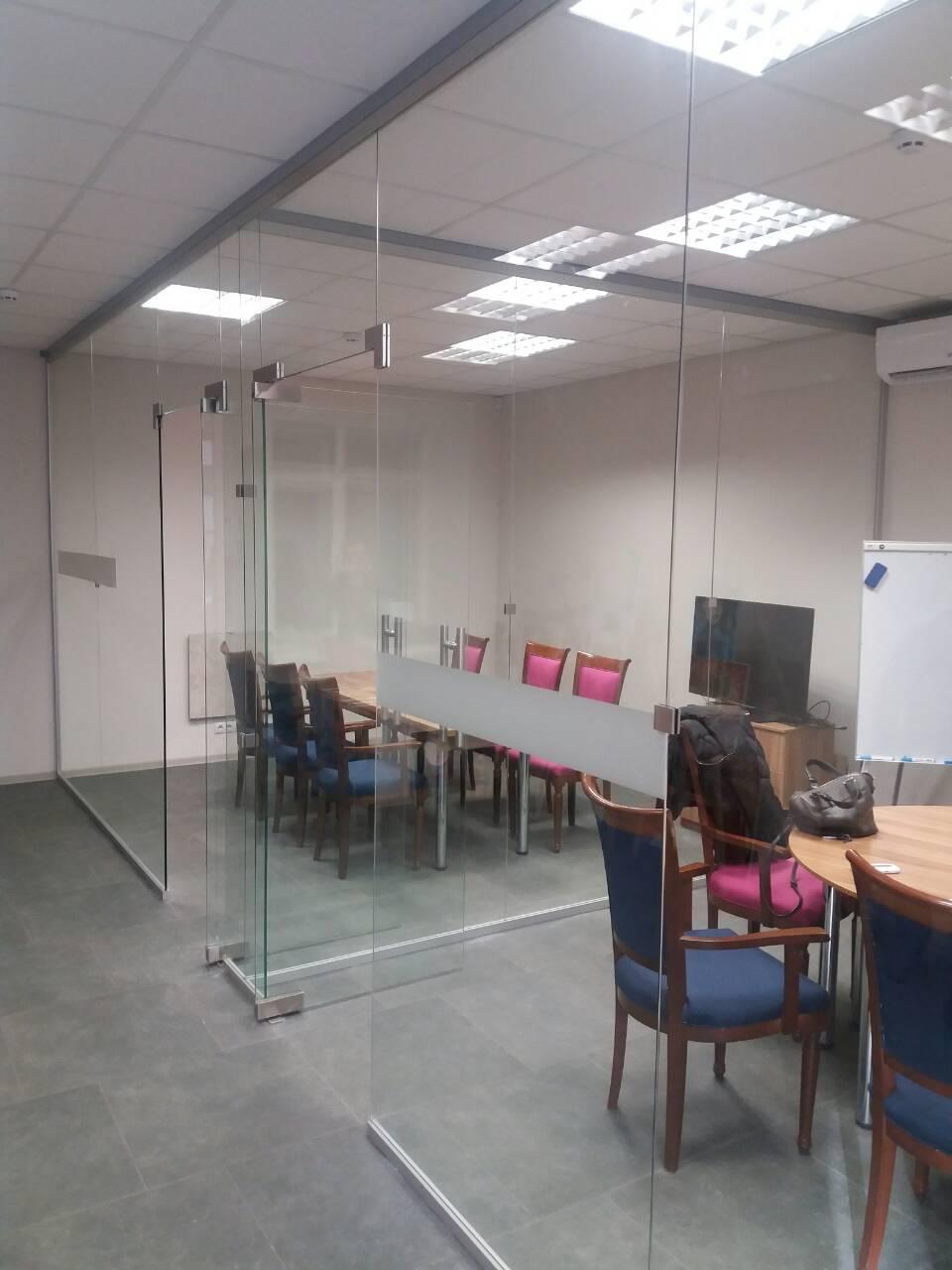 Стеклянная перегородка в школе иностранных языков