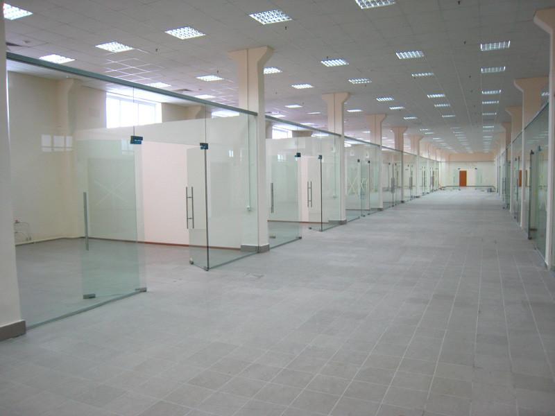 Стеклянные перегородки для торговых центров, Стеклянные витрины
