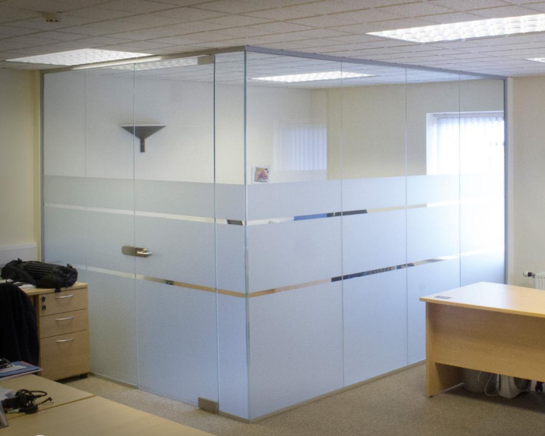 Стеклянная перегородка с маятниковой дверью для маленького кабинета