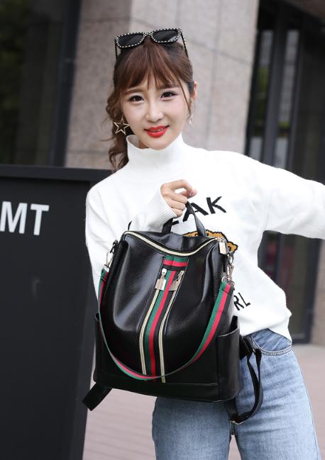 Рюкзак женский кожзам чёрный с красочно оформленной вертикальной вставкой