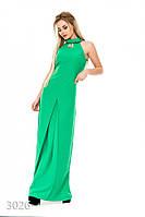 Зеленое узкое платье в пол без рукавов с брошью у ворота