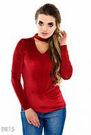 Красный вельветовый свитер с V-вырезом и декоративным чокером