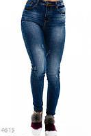 Синие узкие джинсы с линялыми участками