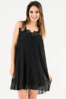 Черное плиссированное платье с кружевом на тонких бретельках