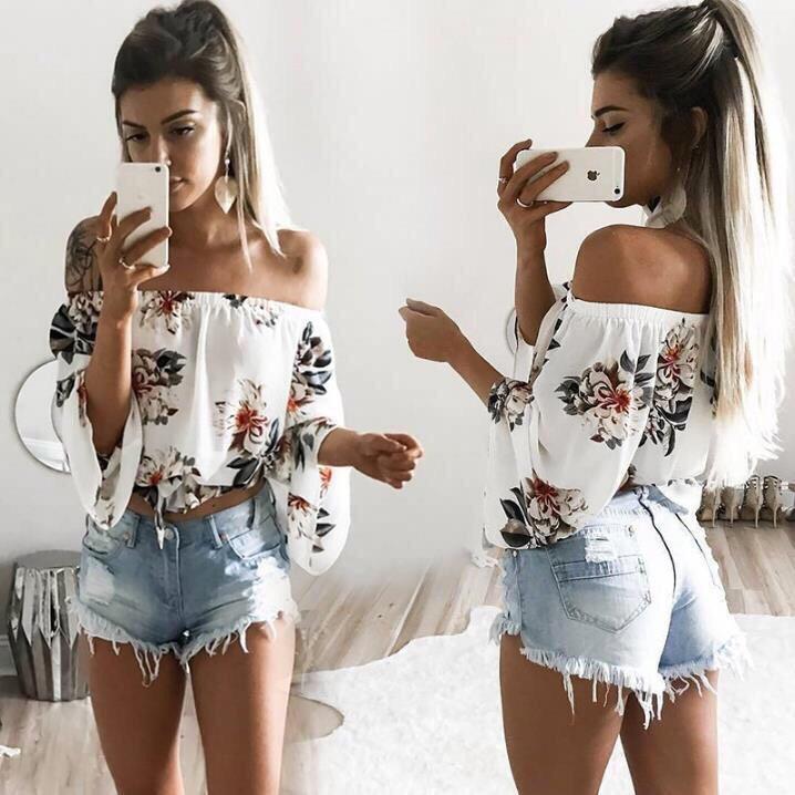 Свободная блузка с открытыми плечами и чокером