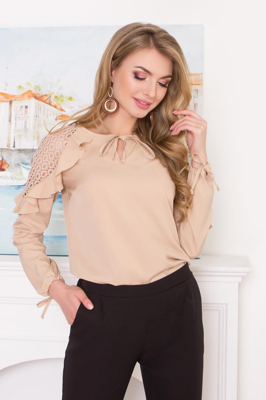 Нарядная блузка с кружевом и рюшами бежевая