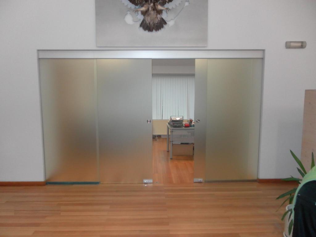 9 Раздвижная перегородка из матового стекла с раздвижными дверями