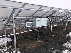 Инвертор и шкаф защиты навесили на опорах фермы.