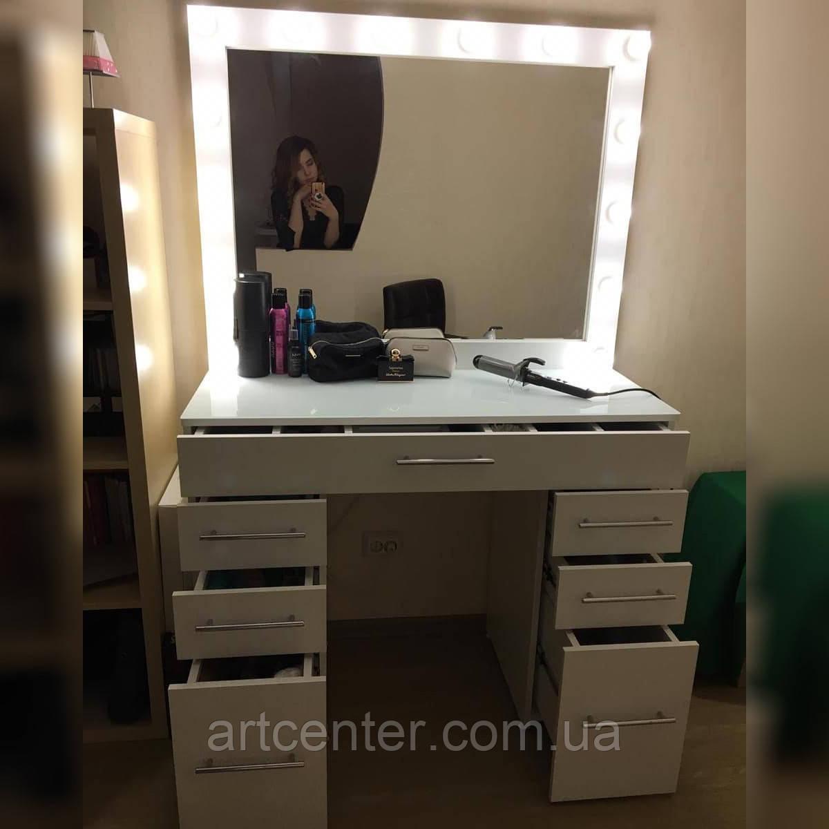 Туалетний столик з дзеркалом і місткими ящиками