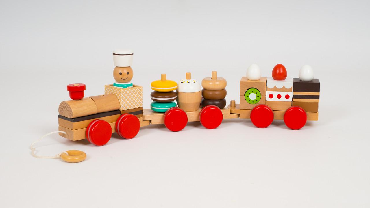 Деревянная каталка - поезд. Состоит из локомотива и 2 вагонов
