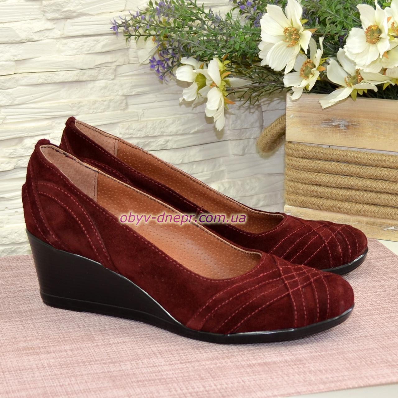 Туфлі жіночі замшеві на танкетці, колір бордо