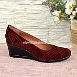 Туфлі жіночі замшеві на танкетці, колір бордо, фото 2