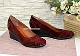 Туфлі жіночі замшеві на танкетці, колір бордо, фото 3