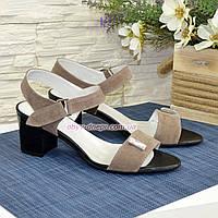 Женские замшевые босоножки на невысоком каблуке, декорированы фурнитурой. Цвет бежевый