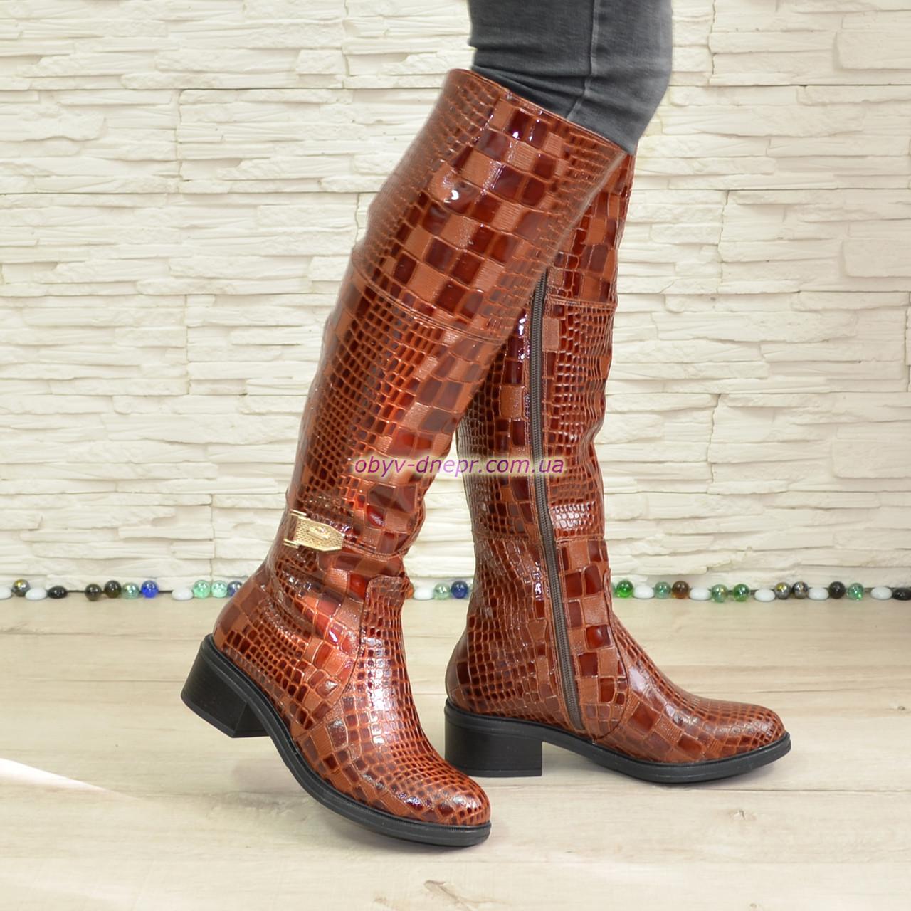 Женские зимние  сапоги на невысоком устойчивом каблуке, декорированы брошкой, кожа крокодил. 36 размер