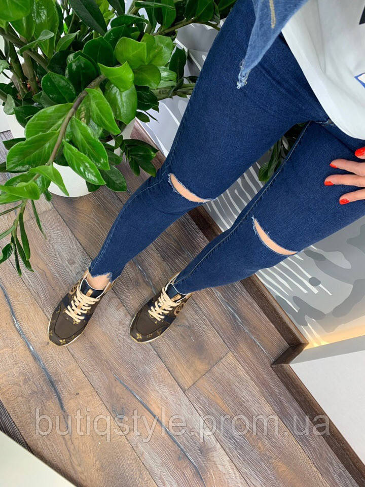 Стильные женские синие джинсы с порезами и рваными краями