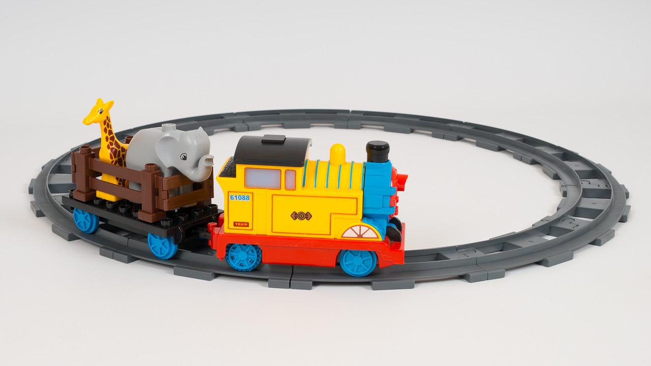 Конструктор JIXIN - музыкальная железная дорога. В наборе локомотив и 2 животных
