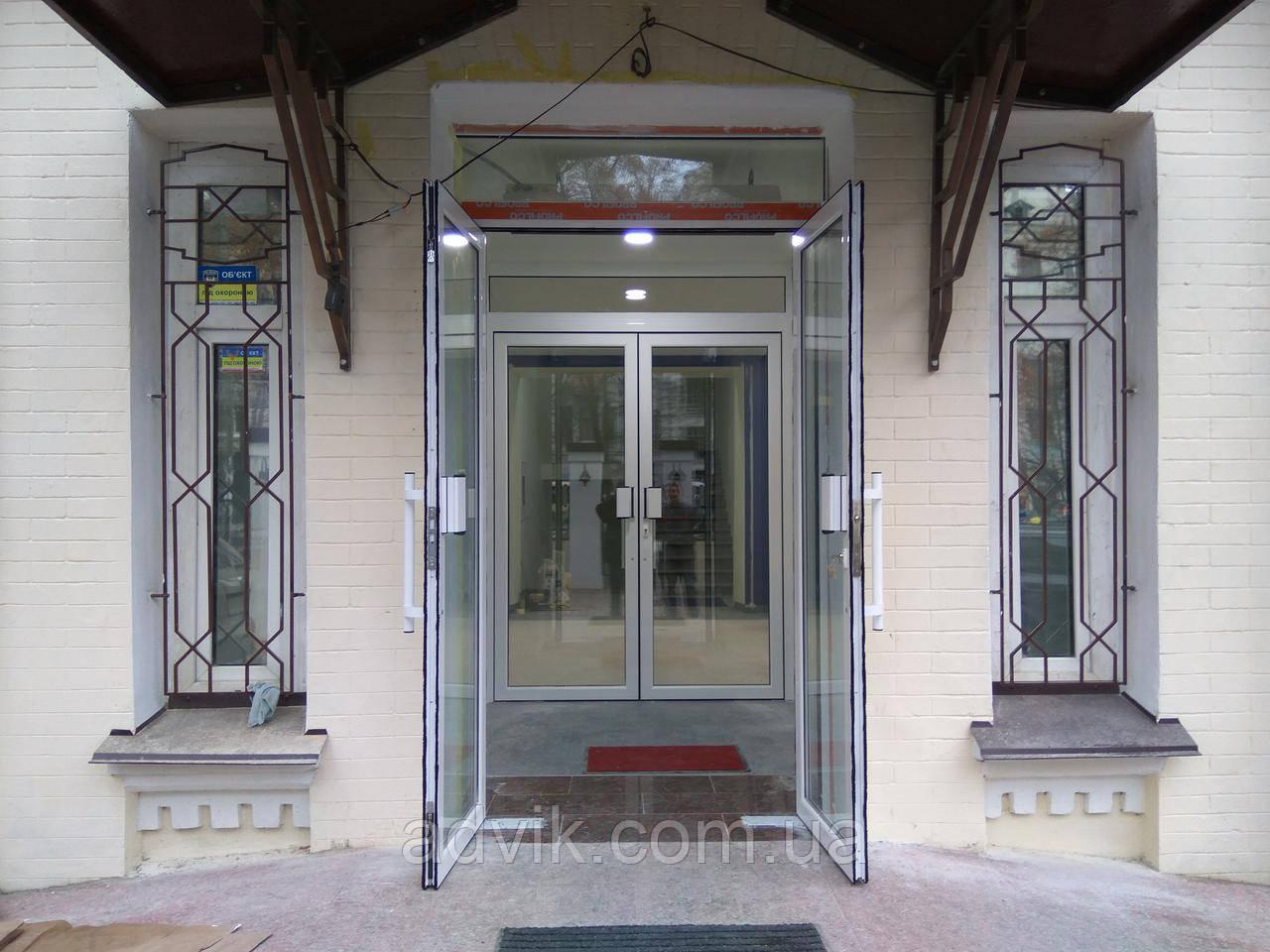 Алюмінієві маятникові двері *