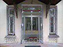Алюминиевые маятниковые двери *