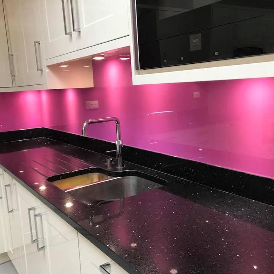 Стекло лакобель для кухни ярко-розового цвета (фуксия)