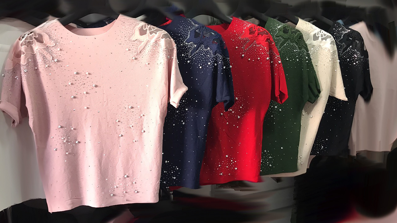 Трикотажная футболка с бусинками (в расцветках)