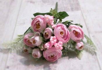 Букет ранункулюсов с ягодами, розовый