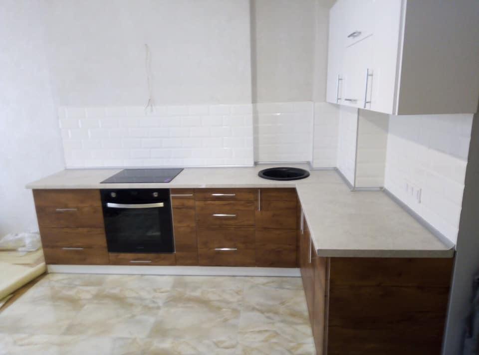 Угловая кухня: белый верх, темный низ фасадов