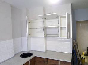 Схема размещения полочек на верхних ящиках кухни. Фасады открываются вверху, с помощью газовых доводчиков. Под мойкой - выдвижные ящики для хранения посуды. Рядом карго - для бутылок и специй.
