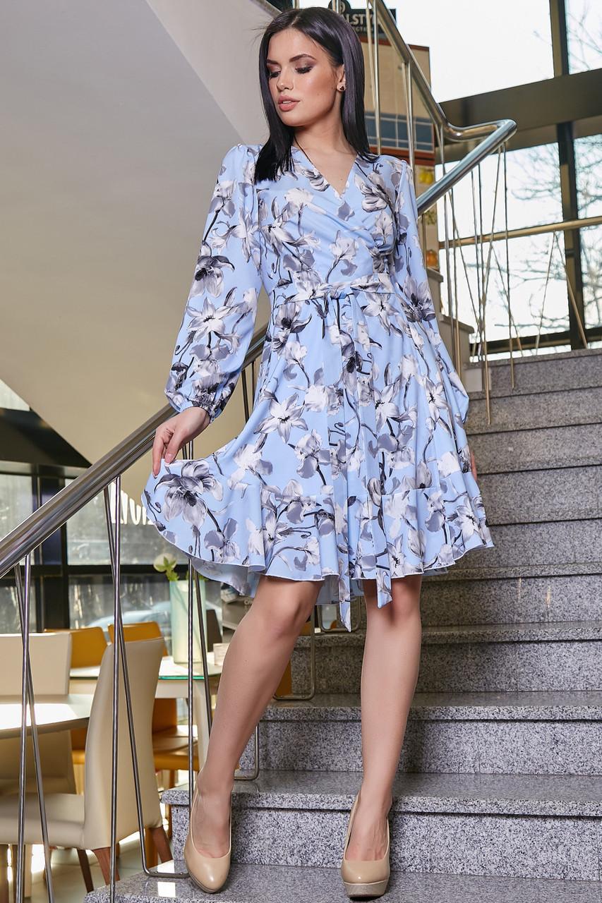 Голубое летнее платье с цветочным принтом с запахом рюшами поясом