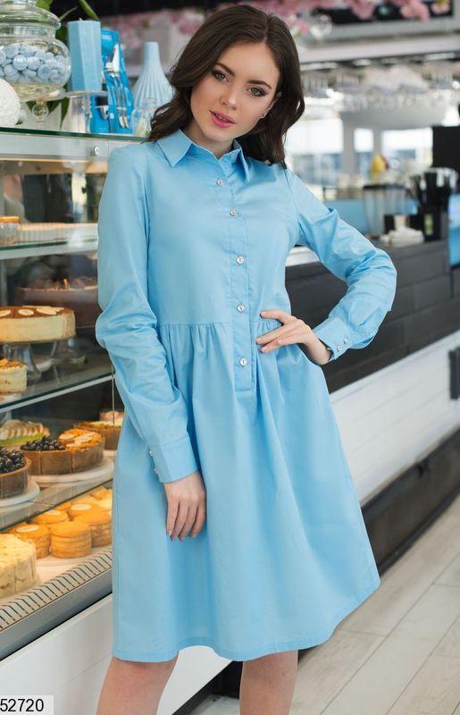 Стильное платье рубашка миди свободного кроя с длинным рукавом на пуговицах голубого цвета