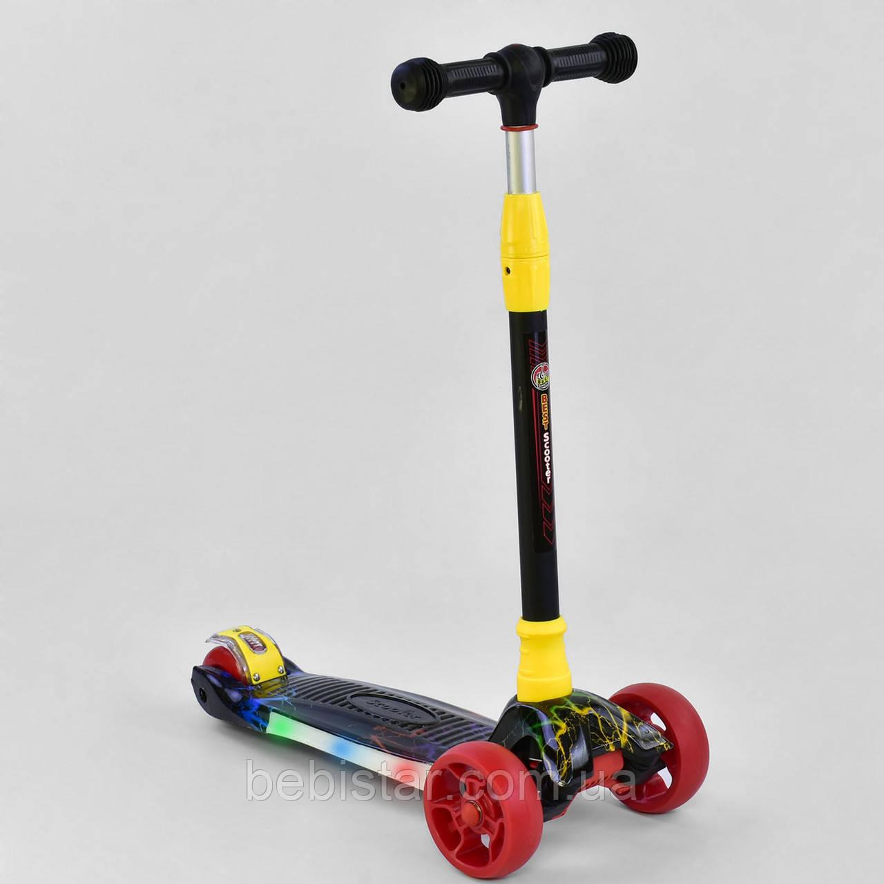 Трехколесный самокат красный четыре колеса с подсветкой платформы и светящимися колесами деткам от 3 лет