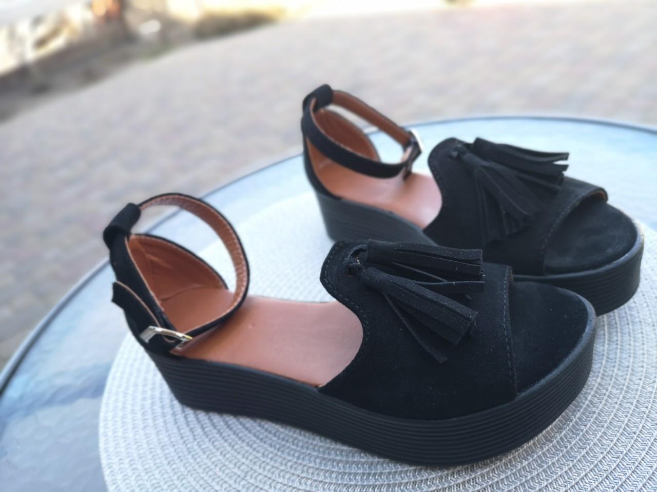 9fab8c436 Черные замшевые босоножки с кисточками-бахромой на черной платформе -  ГЛЯНЕЦ | Интернет-магазин