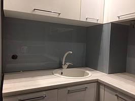Серое скинали - установка стеклянного лакобеля на кухне в Днепре 1