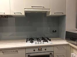 Серое скинали - установка стеклянного лакобеля на кухне в Днепре 3