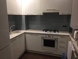Серое скинали - установка стеклянного лакобеля на кухне в Днепре 4