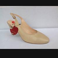 Туфлі жіночі шкіряні на каблуці з відкритою п'яткою.Бежевого кольору.Залишився 37 розмір.