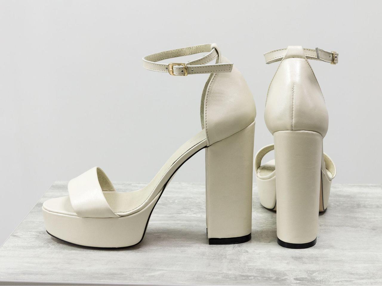 Босоножки из натуральной кожи нежно молочного цвета с обтяжным высоким каблуком