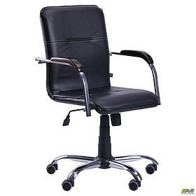 Офісне крісло АМФ Самба-RC чорне Хром на коліщатках з дерев'яними підлокітниками горіх
