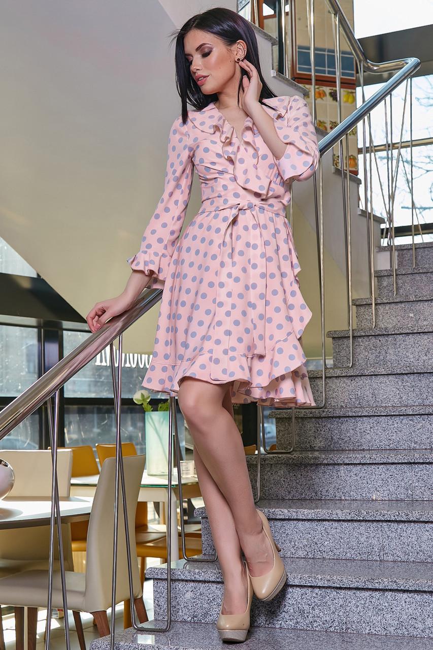 Платье персиковое с горохом с запахом воланами