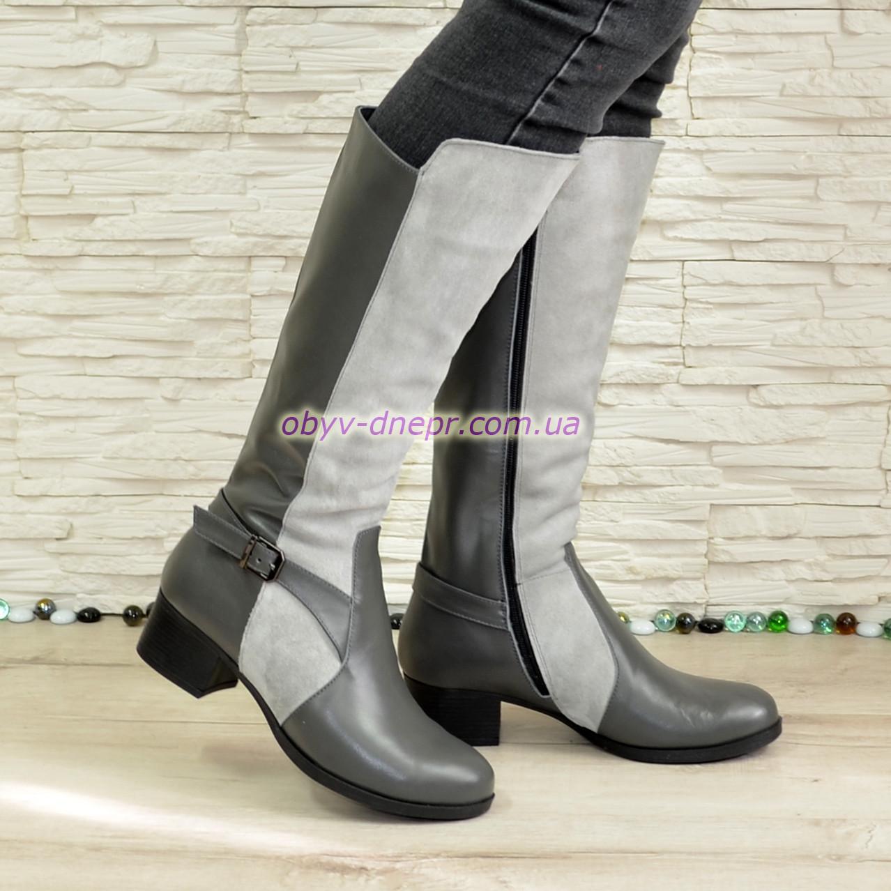 Сапоги комбинированные зимние на невысоком каблуке, декорированы ремешком.