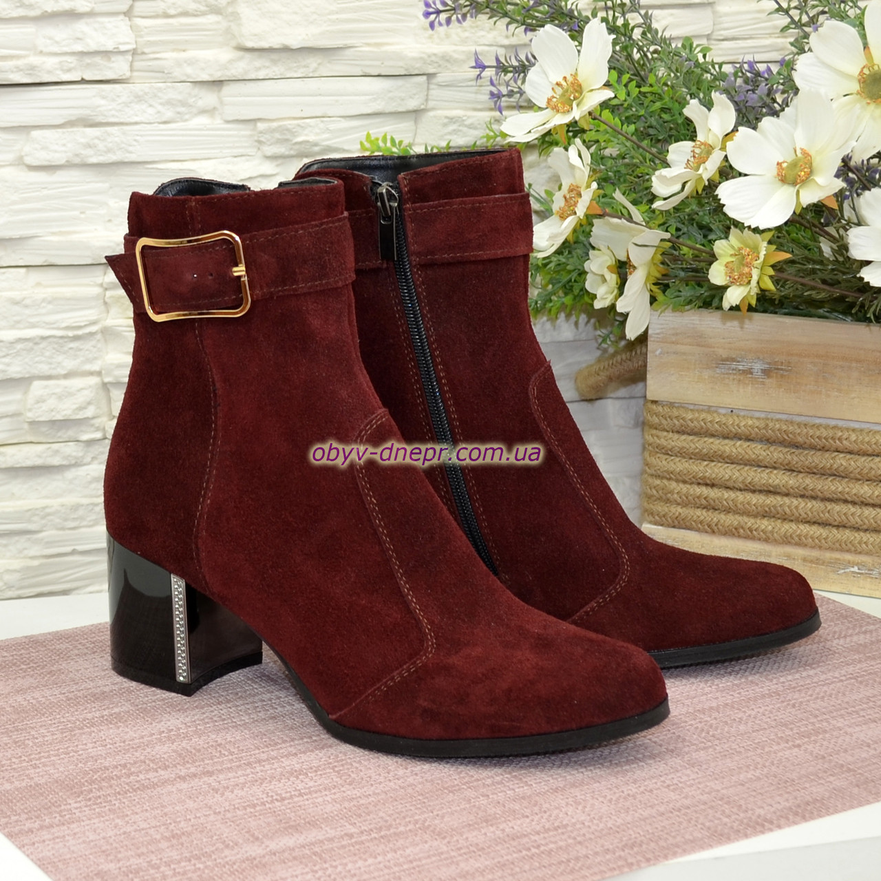Ботинки зимние замшевые на невысоком каблуке, декорированы ремешком. Цвет бордо