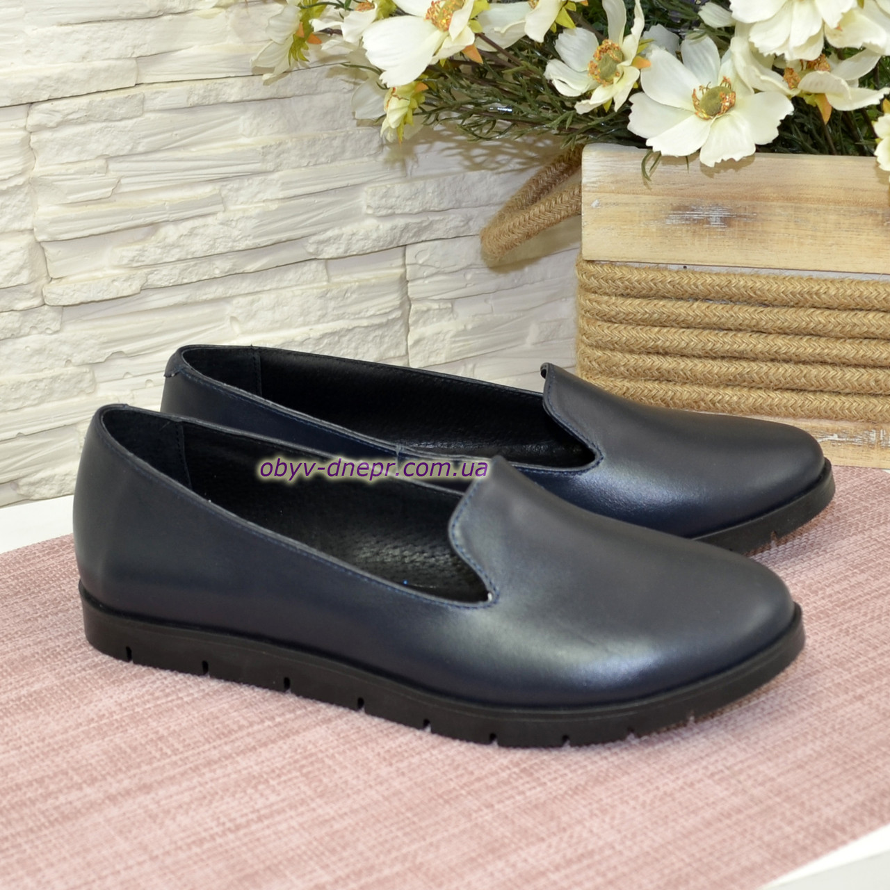 Женские кожаные туфли-мокасины на утолщенной черной подошве. Цвет синий