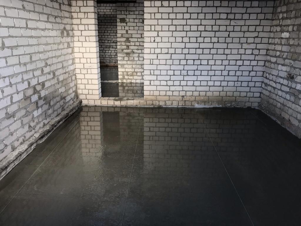 Ещё одна готовая комната. Из-за наличия под низом плёнки, влага никуда не уходит, что отражается на качестве (прочности) будущего бетонного пола. Причём в лучшую сторону.