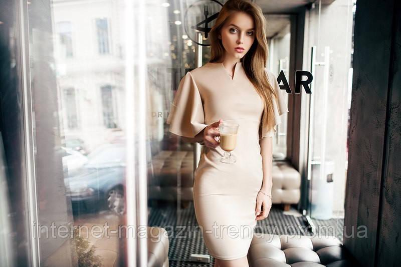 Облегающее платье с разлетающимися рукавами