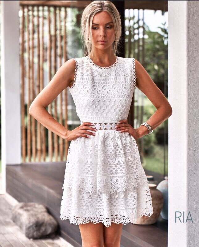 Женское кружевное платье с открытой спинкой