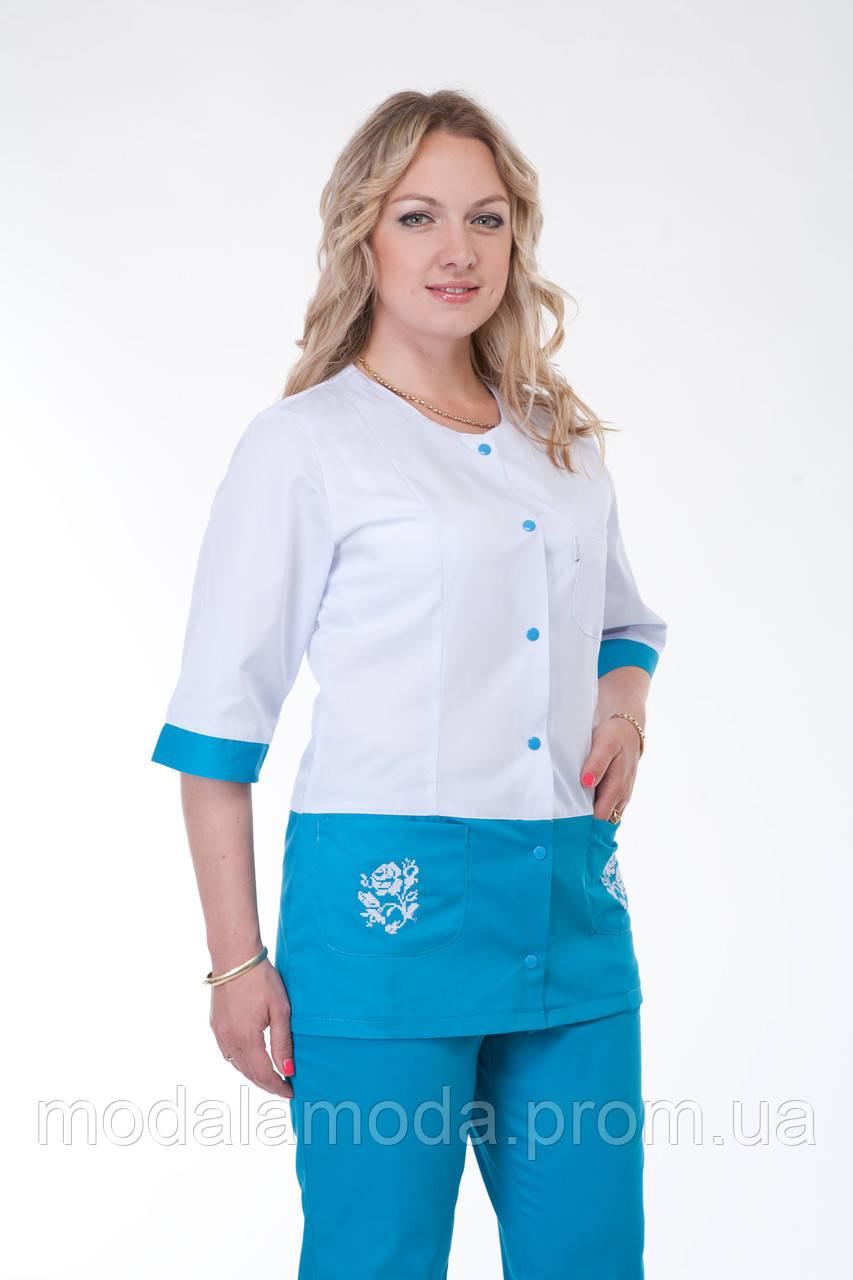 Костюм медицинский с красивым цветочком на карманах