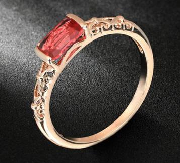 Кільце позолочене жіноче з червоним кристалом код 936
