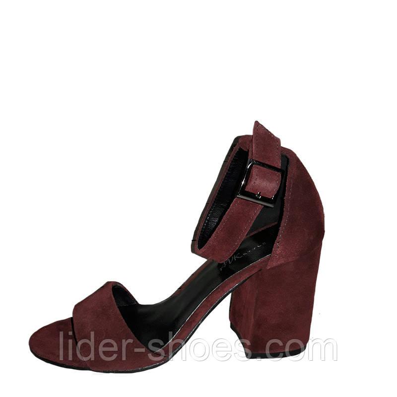 Замшевые женские босоножки на каблуке