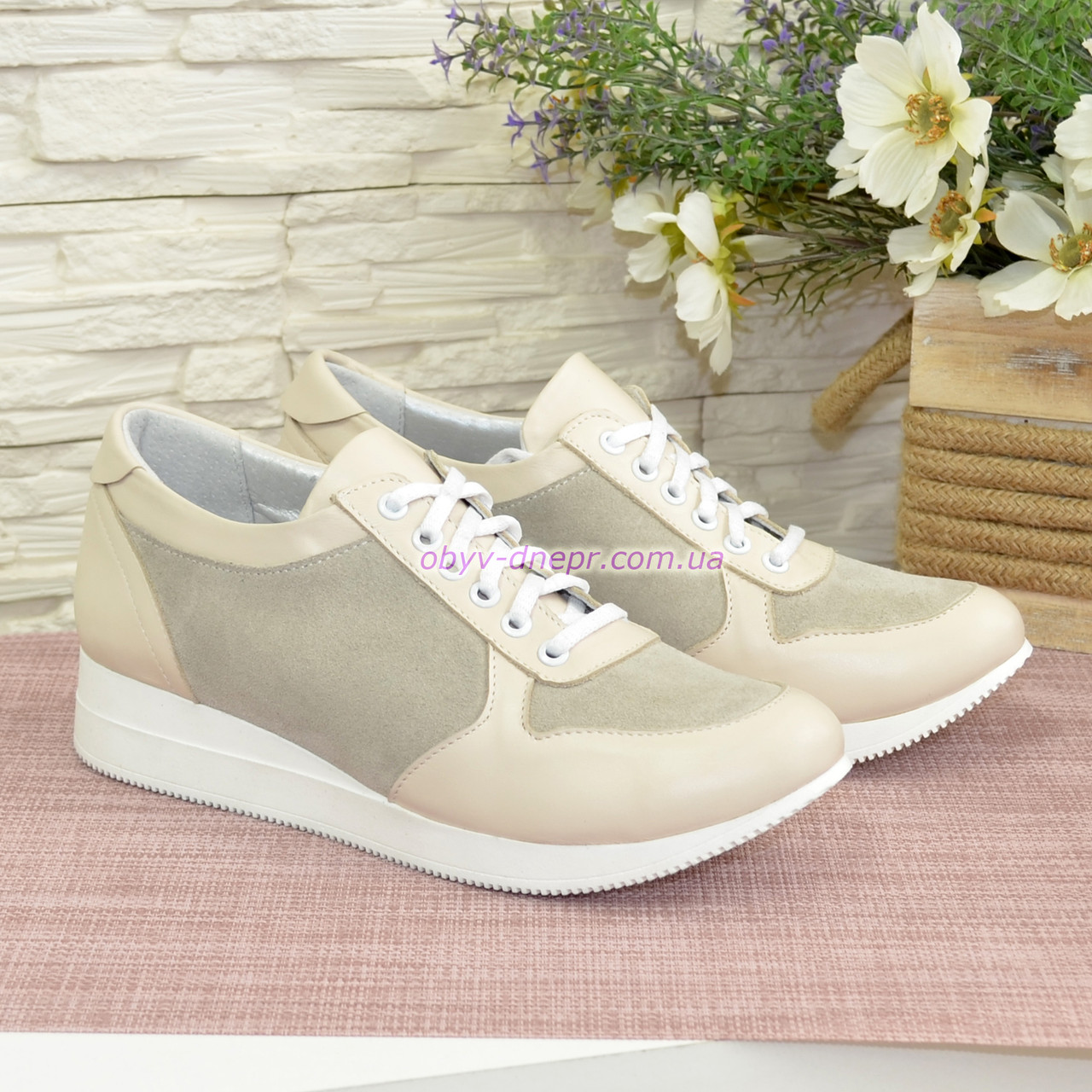 Стильные женские кроссовки на шнуровке, из натуральной кожи и замши бежевого цвета